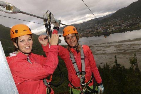 Spektakulært: Merethe Kvandal og Anita Sommerset i Naturlige Helgeland gleder seg til å åpne «Norges mest spektakulære zipline» om e til to uker.Foto: Stine Skipnes