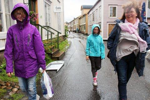 REGN: Søndag ettermiddag kom det noen dråper regn i Mosjøen, og det vil fortsette å regne noen dager. Temperaturen vil ikke bli særlig høy, og det blir ikke bedring før fredag.