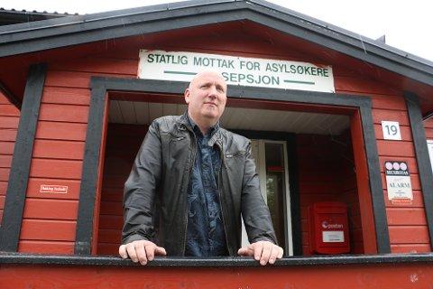 Mottaksleder ved det statlige mottaket for asylsøkere i Sandnessjøen, Kenneth Pedersen, har vemodige dager. 1. august stenger de dørene, og 45 beboere har allerede reist. Men han er forsiktig optimist. - Vi skal søke om ny kontrakt med UDI i oktober, sier han.