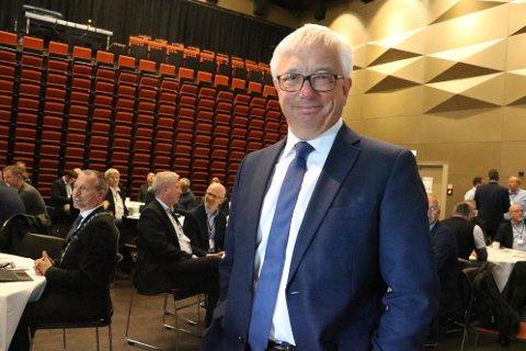 Karl Erik Schjøtt-Pedersen var i Sandnessjøen for å snakke om mulighetene for olje- og gassaktørene i årene som kommer. Han skrøt av Sandnessjøen har blitt en viktig del av oljenæringen, og av kompetansen som blant annet finnes på Aker Solutions på strendene.
