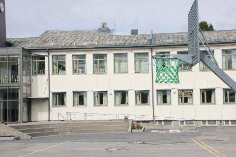 Her ser vi deler av Mosjøen skole med den samme vinkelen som tegningen er laget utifra.