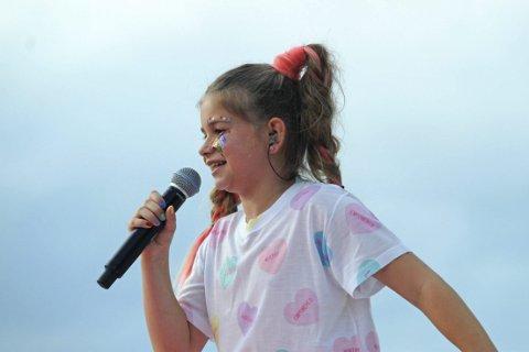 Søsteren til Marcus og Martinus opptrådte for første gang foran et stor publikum. Emma var med på åpningsshowet på Norway Cup og det var 15.000 publikummere på Ekebergsletta løradg 28. juli 2018.