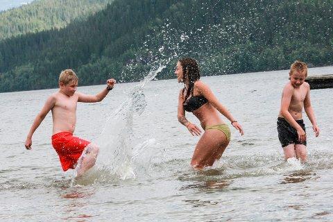 Jimmi Ivernsen (t.v.) (11), Cassandra Granås og Jacob Iversen (11) koste seg i vannet på Baågneset tirsdag ettermiddag. Temperaturmåleren viste også 24 grader i vannet.