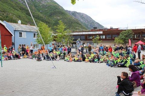 Barnas byfest: Torget var stappfullt av barn som skulle se sirkuset.