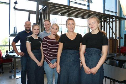 Over helgen åpner Ivar Sørra (t.v.) opp kafeen Central i Amfi Skansen sammen med kona Kari Sørra (nr 2 t.h). Her sammen med de ansatte Marlene Jægtvik (t.h), Carolina Andrea Gustafsson, Ida Annie Johansen og Christoffer Justad (bakerst)