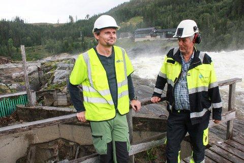FORNØYD: Thomas Bjørnå fra MON og byggleder Rune Rossi fra 3T Consult AS besiktiger laksetrappa og arbeidet som pågår. Vi ser litt av den gamle laksetrapa til venstre i bildet.