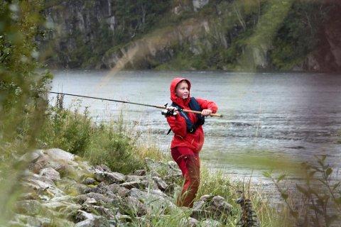 Lakselykke: – Hva jeg tenker på? At jeg har lyst til å få fisk, sier Karen Elise Laksforsmo. Hun er elev ved Grane barne- og ungdomsskole. Nytt av året er friluftsliv som valgfag. Laksefiske skjer i samarbeid med Inger og Jan Johansen på Laksfors. Foto: Stine Skipnes