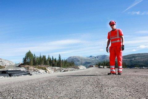 KLAR FOR ASFALT: Rainer Smedseng viser at avrettingslaget er på plass i veibanen nær Aspneset. - Da gjenstår kun asfalt. Vi starter jobben i september, sier Smedseng.