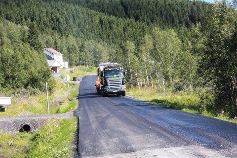 ASFALT: Tirsdag avsluttet Skanska et asfalt- og stikkrenneprosjekt langs fylkesvei 249. Her ser vi mannskap og maskiner i gang ved Kjemsåsen alpinanlegg tirsdag.