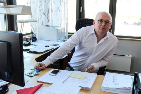 Rådmann i Vefsn,Erlend Eriksen tjener 1.090.000 kroner i året. Han har i tillegg ti fridager per år, og fri telefon.