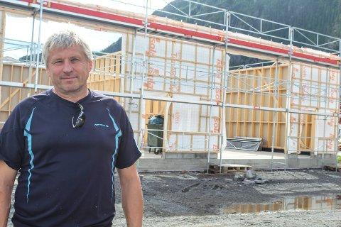 Roy Ove Tverå bygger nytt lager på Øya