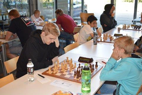 Mathias Hoel spilte godt og fikke en 5.plass i åpen klasse. I dette partier spiller Mathias med hvite brikker mot Alexander Øye-Strømberg fra Hell sjakklubb. Foto: Torger Nilsen