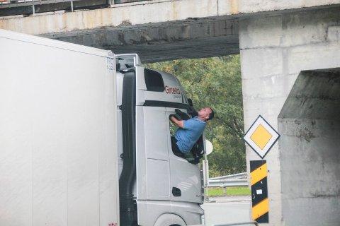 UTKIKK: En mann måtte lene seg ut av passasjervinduet i traileren for å ha oppsyn med klaringen over trailertaket.