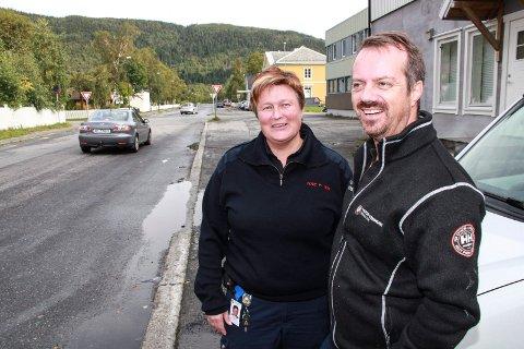 ØST I MOSJØEN: Tove Pettersen Wiik og Christer Amundsen ber folk parkere øst i Mosjøen og da utenfor p-sonen i sentrum.