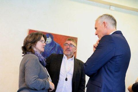 Administrasjonssjef Børge Toft og Frank Pedersen er bekymret for økonomien i Alstahaug. Her i samtale med seniorrådgiver hos Fylkesmannen, Elsa Elde.