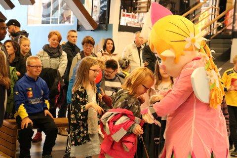 Amfelia og Oskar var selvsagt til stede da prisen skulle deles ut. Og det var ikke noe å si på responsen fra barna.