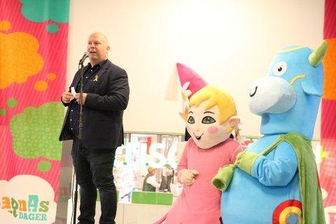 Senterleder Arnt Kaspersen fortalte at bakgrunnen for at Amfelia og Oskarprisen deles ut, er for å gi tilbake til samfunnet, samt støtte opp under arbeidet med å gi gode oppleverlser for barn.