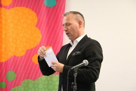 Ordfører Bård Anders Langø var den som fikk utevne vinneren av Amfelia og Oskarprisen.