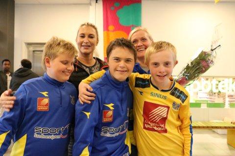 Det er mødrene Marit Pedersen  og Randi Andersen (t.v.) som er drivkraften og ildsjelen bak Dream Team. Forn jubler Kristoffer, Imre og Erlend.