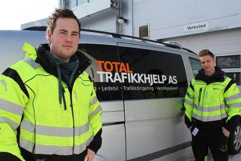 F.v. Tobias Vang Sivertsen og Amund Valåmo driver Total Trafikkhjelp AS med stor suksess. Nå søker de etter ti nye medarbeidere.