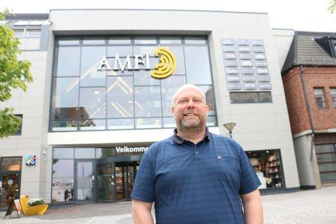 Senterleder Arnt Ove Kaspersen ønsker ikke å kommentere problematikken med vannskader i AMFI-Skansen, og viser til eier Steinar Folgerø