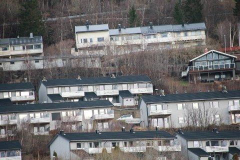 KULSTADLIA: Vefsn kommune skrev ikke ut mange parkeringsbøter i Kulstadlia sist høst, til tross for at det ble innført et parkeringsforbud mer og mindre i hele området. På bildet ser vi hus i Ternevegen, Tjeldstia og i Rødstilkvegen (nederst).