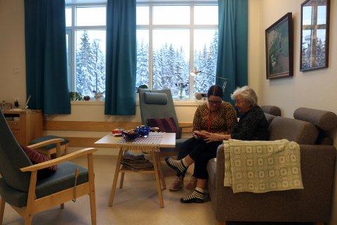 Rørt: Sykepleier Renate Abel og Liv Petrikke Brattbakk ser på bilder fra «gamle dager». – Mange minner, sier Liv.