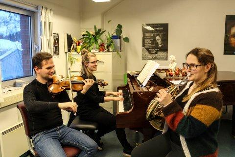 Carl Ninian Wika, Siril Valberg og Stine Nermo i Trio Stisica øver til konsert onsdag i Mosjøen, og videre konserter etterpå.