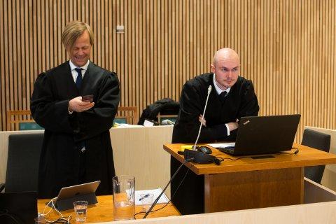 Advokatene Thomas Angell og Børge Breimo Helstrøm representerer Herøy kommune. Her avbildet under en pause i retten.