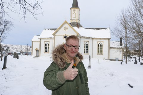 Aksjonsleder Viggo Pareli Eriksen viser tommelen opp for alle som har gitt penger som skal ta vare på Sandnessjøen kirke i framtiden. En anonym giver har gitt 250.000 kroner. - Tusen takk til alle som bidrar. Både med midler, men også til de som ønsker å bidra med dugnad, sier han.