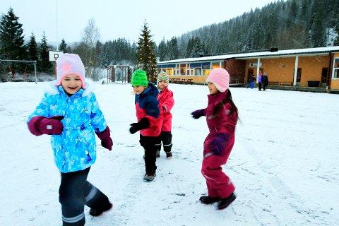 BEFARING: Flere toppledere i Vefsn kommune besøkte torsdag Elsfjord skole.