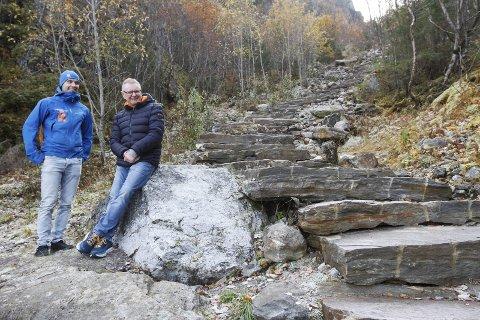 FORNØYD: Bjørnar Nyland (t.h.) og William Puntervold er begge meget tilfreds med antallet som har gått opp Helgelandstrappa i sommer. – Det er 60 prosent økning fra 2018, forteller Nyland. Foto: Per Vikan