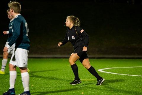 Darina Bjerknesli (16) har dømt seksti fotballkamper i år. Den siste kampen hun dømte for sesongen ble spilt 03. oktober mellom MIL og Gruben på Kippermoen.