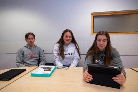Sander Johan Storhaug (15), Sigrid Marie Johansen (15) og Mia Lundestad Haugen (15) er positive til at det tas i bruk læringsbrett i opplæringen ved Kippermoen ungdomsskole.