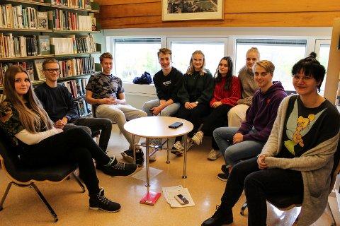 Håvard Skipnes, som representerer skolekomiteen ved avdeling Kippermoen står sammen med Isak Kvandal, leder for skolekomiteen for sentrum.  Bak ser vi Judith Bache Ekseth (fra venstre), Sander Konradsen, Sanna Bogfjellmo, Sofia Valle, Nora Rystad, Mikael Tveråli og Frida Funder.