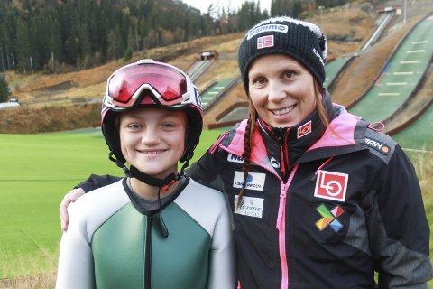 PÅ SAMLING: Regina Nilsskog sammen med Line Jahr i hoppanlegget Knyken i Orkdal. Hun fikk nyttige tips av Line da hun deltok på tidenes største jentehoppsamling i Orkdal.