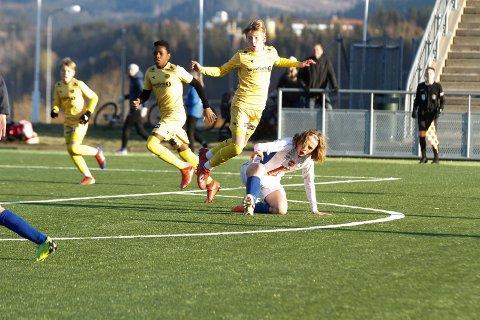 KM-finaler fotball på Sagbakken stadion. G14 Mosjøen - Bodø/Glimt  0-2 (0-1). MILs Odin Henriksen Stenvik går til i en takling