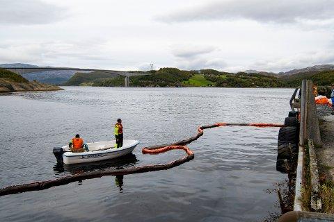 Statens vegvesen har sendt ut pålegg til eier om å heve og fjerne sjarken som sank ved gamle Sund ferjekai på Sundøy.