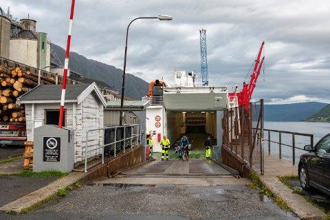 Når man kjører ombord på ferjer tilknyttet Nordland Fylkeskommune står det ingen prisoversikt hverken på land eller inne på ferjene. For å finne ut hva det koster å reise må kunden sjekke ruteplanleggeren på nett.