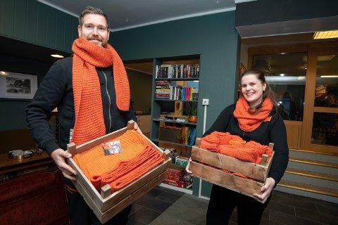 - I dag skal vi dele ut alle disse fine skjerfene som frivillige har strikket. Skjerfene symboliserer et fellers ønske om et varmer samfunn, sier Olav Karlsen og Camilla Hagen.