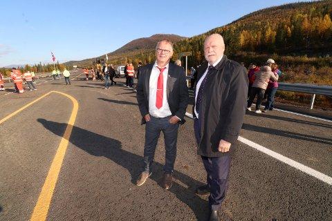 GLEDE: Avtroppende ordførere Bjørn Ivar Lamo og Jann-Arne Løvdahl i henholdsvis Grane og Vefsn kommuner er glade for den nye veien i Svenningdal.