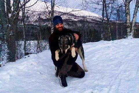 Eirik Langfors og hunden Mattis er et godt tospann. Det fikk bjørnen i Hjerpåsen merke.