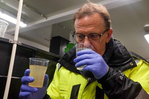 Håkon Johansen, administrerende direktør i SHMIL, lukter på vannet som renses. Det anbefales ikke å ta en slursk.