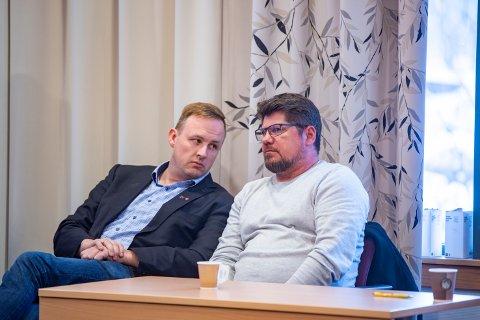 Rune Krutå måtte sitte på sidelinja da kommunestyret diskuterte vind onsdag. Han benyttet anledningen til å ta en prat med Steinar Anshus,verksdirektør ved Alcoa Mosjøen.