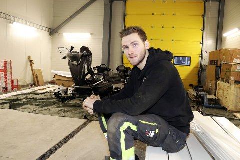 Verksted: Morten Halkjelsvik (23) jobber på spreng for å innrede verkstedet til Mosjøen Multiservice AS. – Selskapet ble registrert i sommer og vi har allerede fått mange oppdrag, sier industrimekanikeren – som har seks mann på lønningslista. Foto: Stine Skipnes