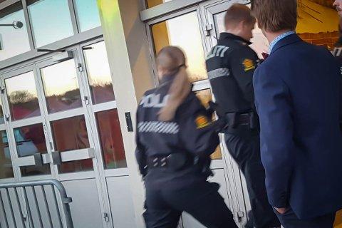KAN BLI DYRT: Dersom du ikke oppfører deg på byen, kan det komme til å svi for pengeboka. Her rykket politiet ut etter melding om krangling på et utested i Narvik. Arkivfoto: Mikael Marius Brendvik