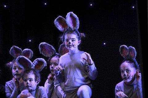 Små mus: I et eventyr om Musekongen, har mange små mus en tydelig plass. Her ser vi noen av de yngste elevene som danset i forestillingen. foto: Benedicte Wærstad
