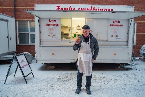 – Her hos meg er det Black Friday året rundt, sier Bjørnar Reitan fra Ørlandet som selger smultringer.