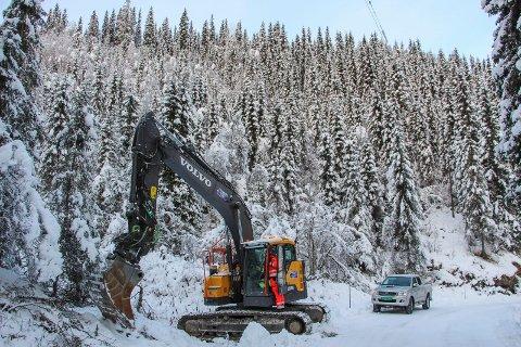 Anlegsstart Tverådalsveien.  Manndalen maskin AS har fått to gravemaskiner på plass i anleggsområdet.