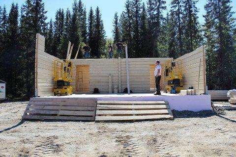 Scenen på Grane bygdetun er et ruvende bygg som ble realisert ved at det ble tatt noen snarveier.